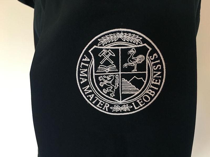 Bestickte Softshell-Jacke für Montanuniversität Leoben: Siegel-Stickerei am Ärmel