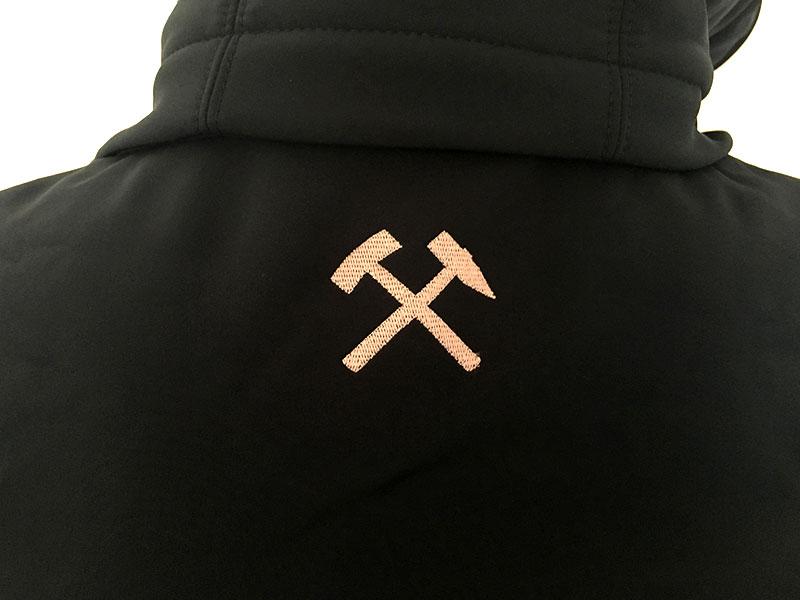 Bestickte Softshell-Jacke für Montanuniversität Leoben: Logo-Stickerei im Nacken